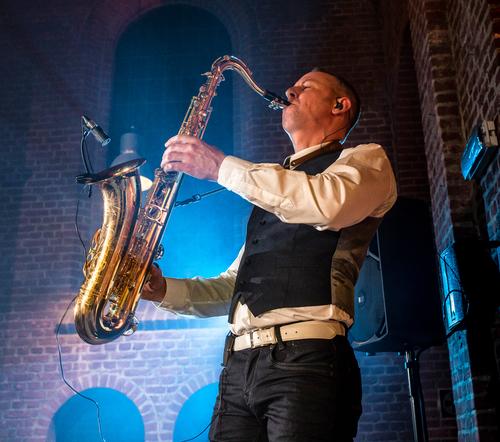 Saxofonist live zangeres